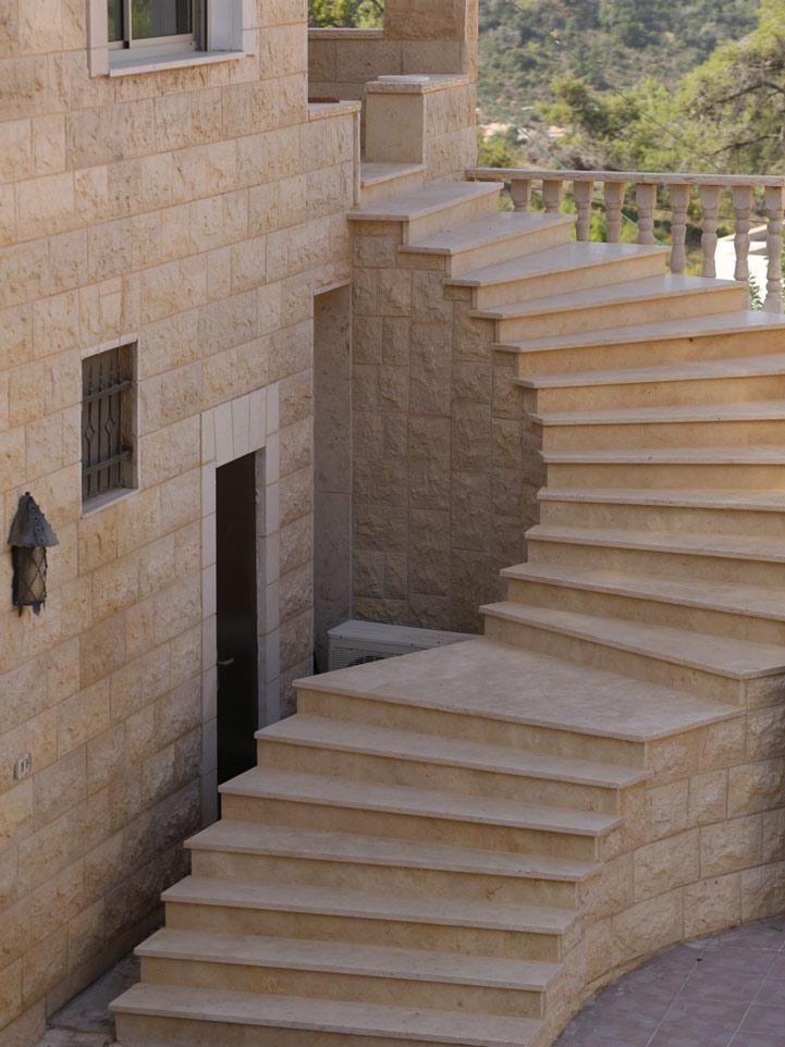 מדרגות חוץ-טרוורטין