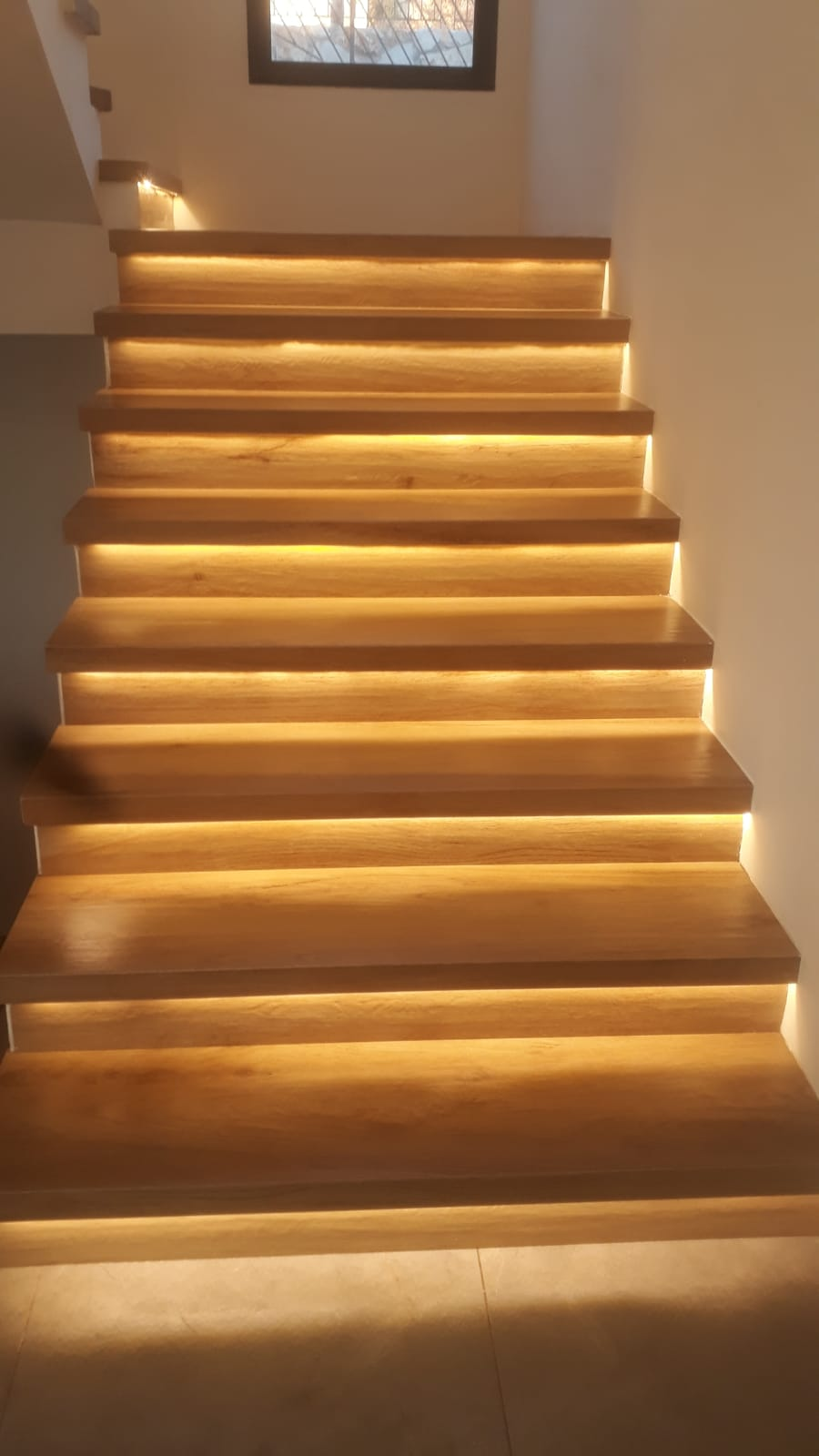 מדרגות פורצלן דמוי פרקט עם פס לד