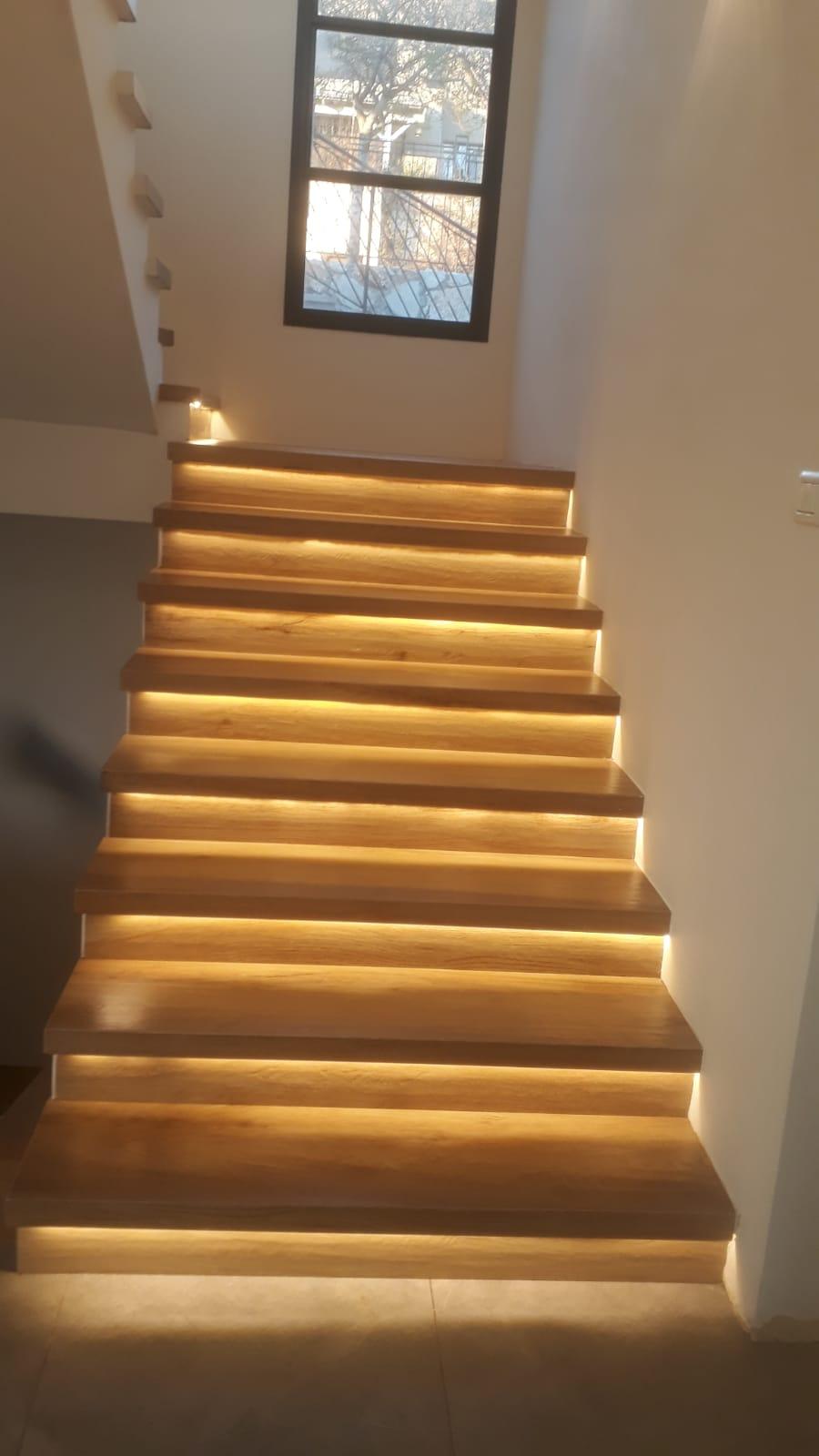 פרויקט הכנת והתקנת מדרגות פורצלן דמוי פרקט עם פס לד
