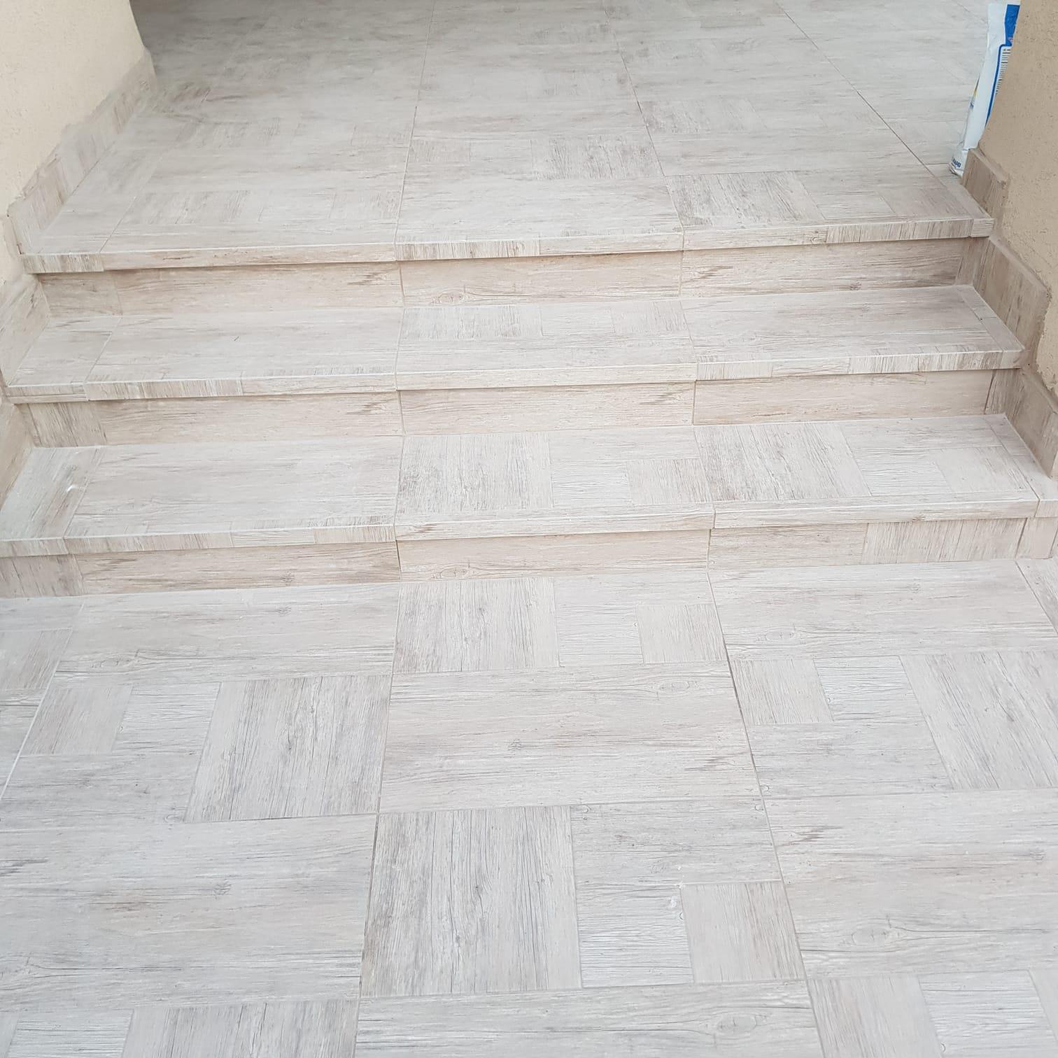 חיפוי מדרגות מאריחי פורצלן