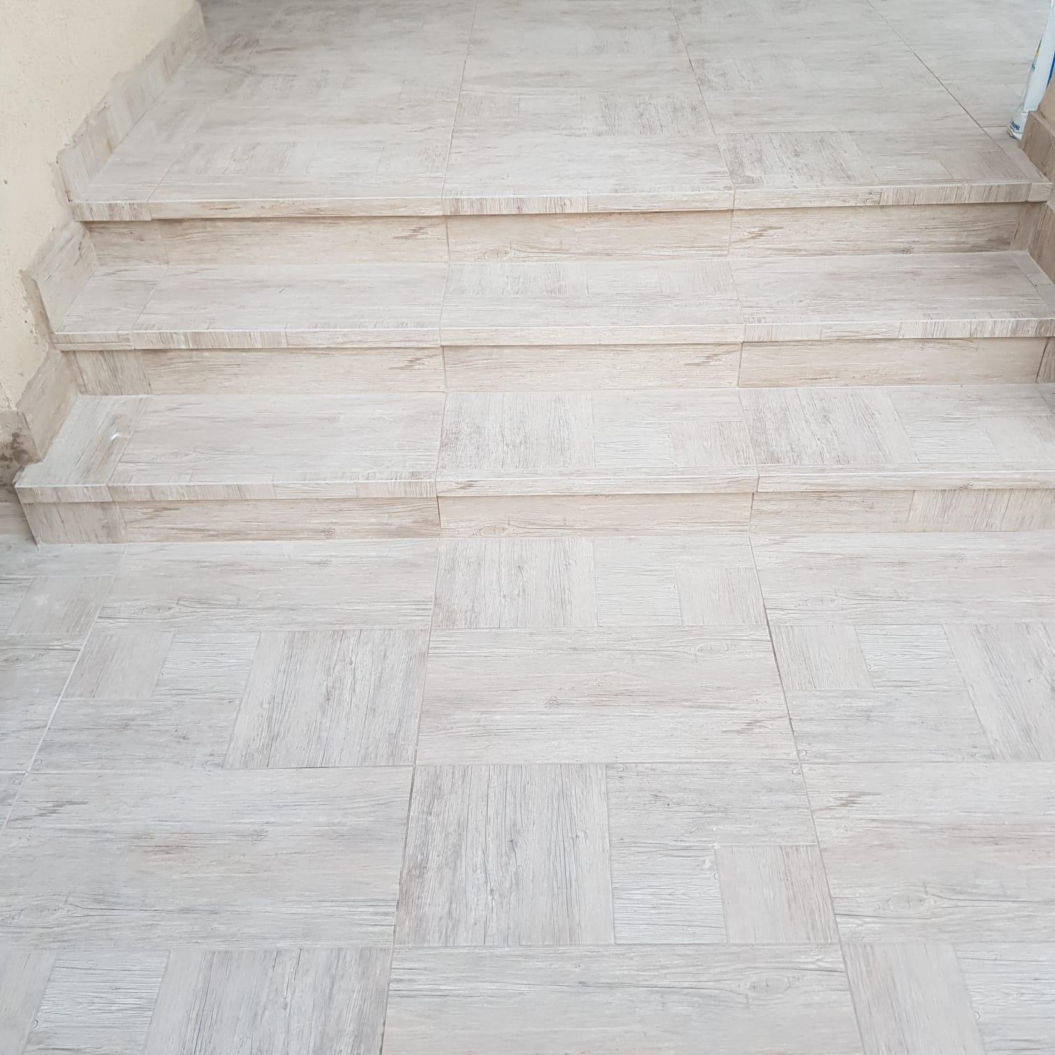 חיפוי מדרגות פורצלן בצבע לבן