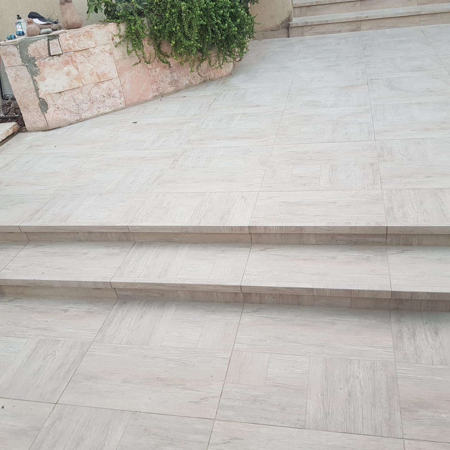 חיפוי מדרגות פורצלן לחצר