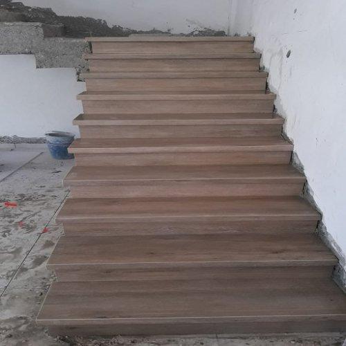 מדרגות פורצלן דמוי פרקט בשלומי.