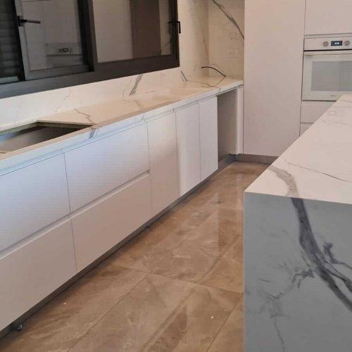 פרויקט פורצלן איטלקי משטח חיפוי קיר ואח עם רגל יורדת בשומרה - כרמל קרמיקה